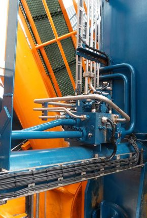 Hydraulic piping and manifold on monopile gripper